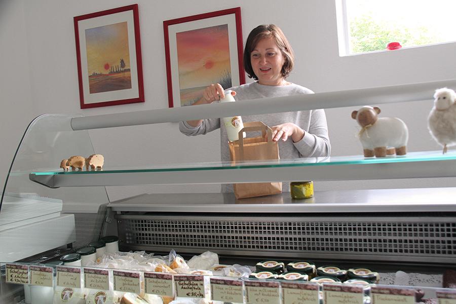Christa Hautzinger im Bio-Hofladen