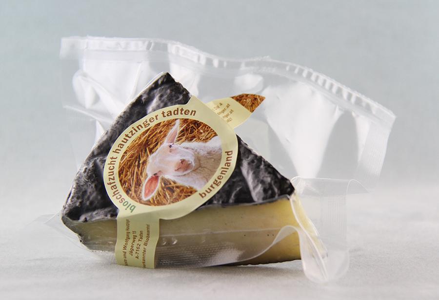 Bio Schafkäse in Asche gereift von der Schafzucht Hautzinger